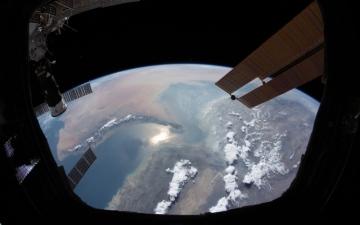 الصورة: الصورة: هزاع المنصوري ينشر صورة للخليج العربي من الفضاء