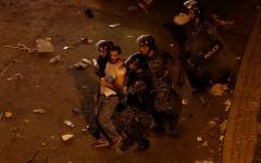 الصورة: الصورة: الأمن اللبناني يعتقل بعض المحتجين في وسط بيروت