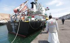 الصورة: الصورة: باخرة إماراتية تحمل مشتقات نفطية دعما لكهرباء حضرموت ترسو بميناء المكلا