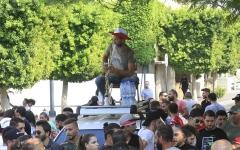 الصورة: الصورة: بالصور.. «دبكة» و«نارجيلة» و«سيلفي» في احتجاجات لبنان