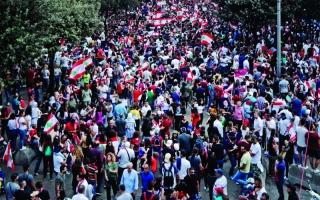 الصورة: الصورة: غضب الشارع اللبناني يتصاعد وتصميم على «إسقاط النظام»
