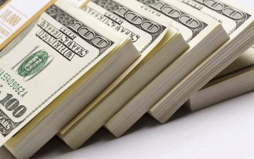 الصورة: الصورة: ضبط أفريقي بحوزته مليونين و230 ألف دولار مزيفة