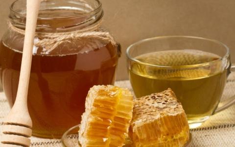 الصورة: الصورة: ما فائدة شرب مزيج العسل والماء الدافئ على الريق؟