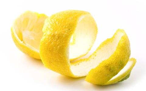 الصورة: الصورة: 10 فوائد صحية مذهلة لقشر الليمون