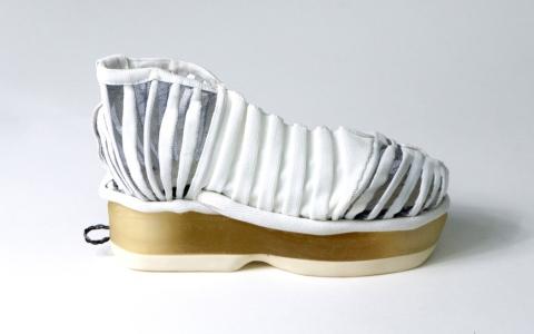 الصورة: الصورة: حذاء أوتوماتيكي ذاتي الانتعال