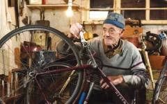 الصورة: الصورة: متقاعد يقطع مسافة مليون ميل على دراجته!