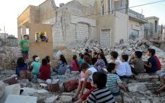 الصورة: الصورة: أطفال إدلب يمرحون بين ركام الأبنية المدمرة ما السبب؟