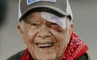 الصورة: الصورة: نقل الرئيس الأمريكي الأسبق جيمي كارتر إلى المستشفى