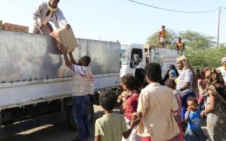 الصورة: الصورة: الإمارات تسير قافلة غذائية لذوي الدخل المحدود بمحافظة شبوة اليمنية