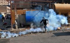 الصورة: الصورة: متظاهرون يحرقون منازل مسؤولين في محافظة الناصرية العراقية