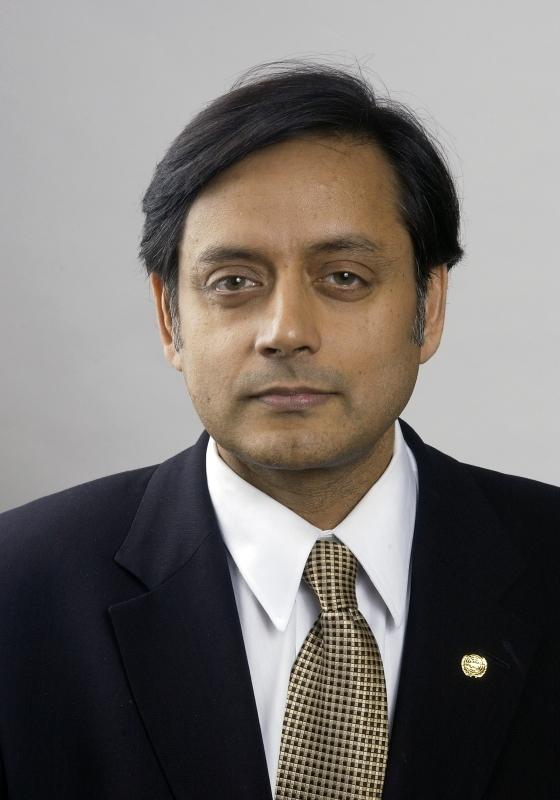 الصورة : شاشي تارور - وكيل الأمين العام السابق للأمم المتحدة ووزير الدولة الهندي السابق للشؤون الخارجية ووزير الدولة لتنمية الموارد البشر
