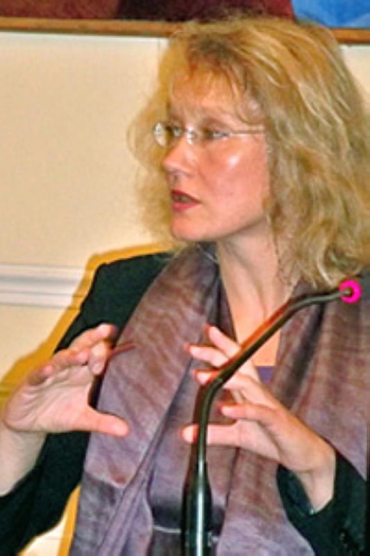 الصورة : دينا خابايفا - باحثة وكاتبة. مؤلفة كتاب (الاحتفال بموت الثقافة المعاصرة).