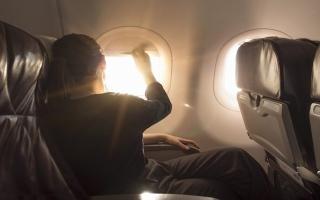 الصورة: الصورة: لماذا يجبر المسافرون على فتح ستائر نوافذ الطائرة؟