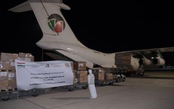 الصورة: الصورة: الإمارات تقدم 12 طناً من المساعدات الغذائية لأهالي بئر علي في شبوة