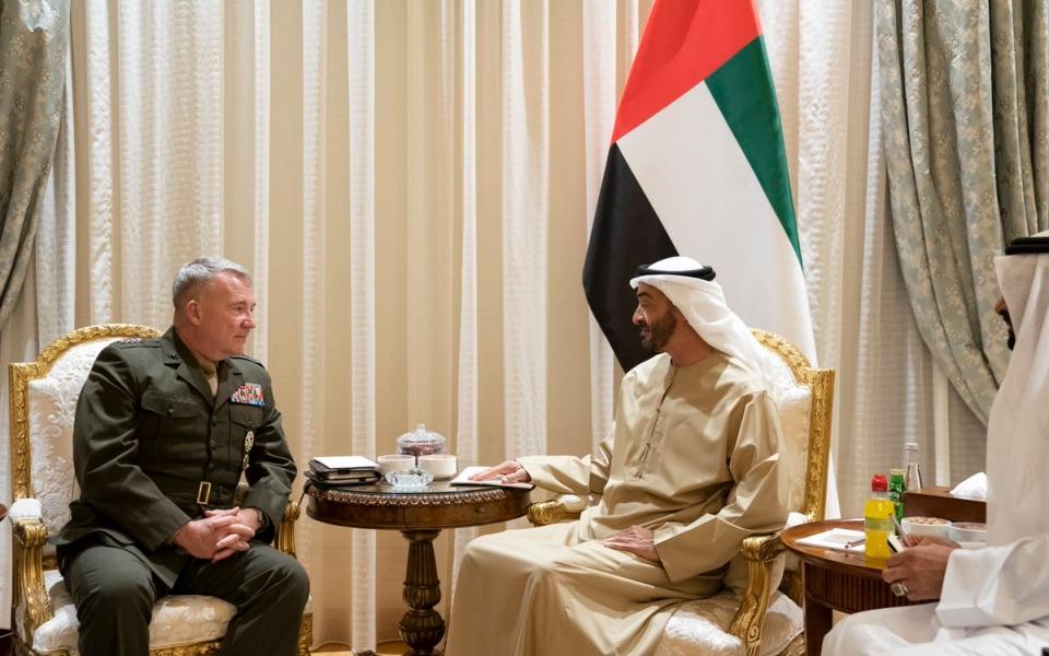 الصورة: الصورة: محمد بن زايد يستقبل كينيث ماكنزي قائد القيادة المركزية الأمريكية