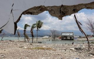 الصورة: الصورة: إندونيسيا ترفع التحذير من تسونامي بعد زلزال قوي أثار الذعر