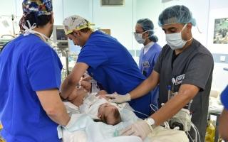 الصورة: الصورة: شاهد.. رد فعل والد التوأم الليبي عند رؤيتهما بعد عملية الفصل
