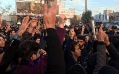 الصورة: الصورة: تظاهرات غاضبة في إيران بعد رفع سعر البنزين 50%
