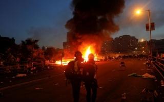 الصورة: الصورة: حريق كبير عند مدخل حرم جامعي يتحصن فيه المحتجون في هونغ كونغ