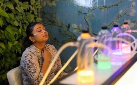 الصورة: الصورة: ادفع لتتنفس.. «صالونات الأوكسجين» صيحة جديدة تجتاح الهند