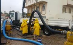 الصورة: الصورة: خدمات رأس الخيمة تسحب مليون و715 ألف غالون من مياه الأمطار