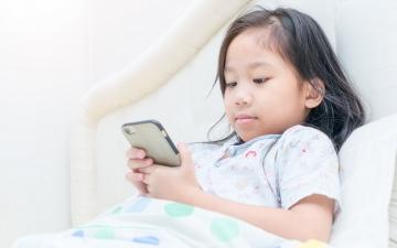 الصورة: الصورة: هذا ما يحدث لطفلك عند البقاء وقتا طويلا أمام الشاشات الذكية!