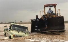الصورة: الصورة: شرطة أبوظبي تنقذ 10 مواطنين حاصرتهم الأمطار بوادي صاع