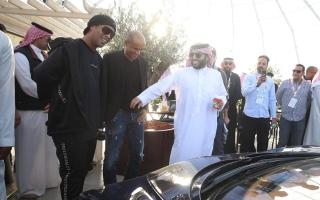 رونالدينيو يشتري أول سيارة في معرض الرياض للسيارات