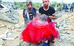 الصورة: الصورة: محمد ومروة عروسان من غزة بلا شهر عسل