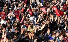 الصورة: الصورة: عشرات المحتجين في تونس بعد وفاة شاب أحرق نفسه