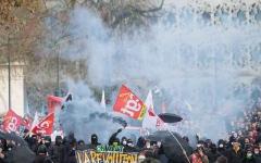 """الصورة: الصورة: اضراب """"النقل"""" مستمر في فرنسا وتظاهرات في مدن عدة"""
