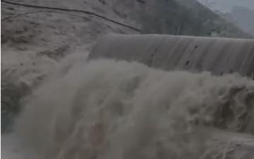 الصورة: الصورة: بلدية العين تنفي صحة فيديو فيضان سد المبزرة