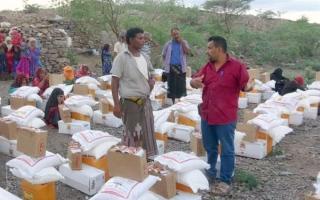 الصورة: الصورة: قافلة مساعدات غذائية إماراتية لأهالي منطقة الجاح في الحديدة