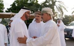 الصورة: الصورة: محمد بن زايد يقدم واجب العزاء إلى عبدالله بن علي العريمي في منزله بمسقط