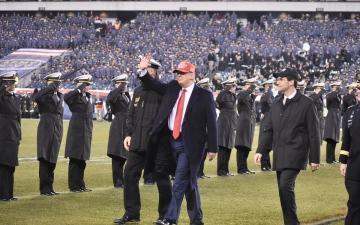 الصورة: الصورة: بالفيديو.. ترامب يحضر مباراة لكرة القدم الأمريكية في فيلادلفيا