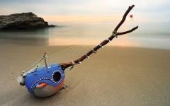 الصورة: الصورة: ياباني يصنع قيثارة مثالية من نفايات البحر
