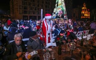 الصورة: الصورة: ليلة عيد الميلاد في بيروت.. عشاء واحتفالات في ساحة الشهداء