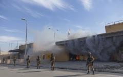 الصورة: الصورة: محتجو العراق يلزمون الحياد حول أحداث السفارة