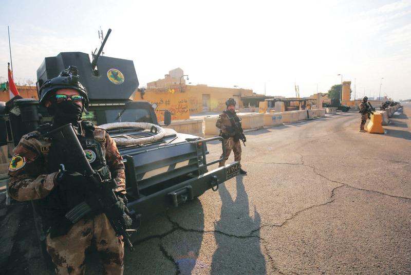 الصورة : عناصر أمنية عراقية في محيط السفارة الأمريكية ببغداد   أ.ف.ب