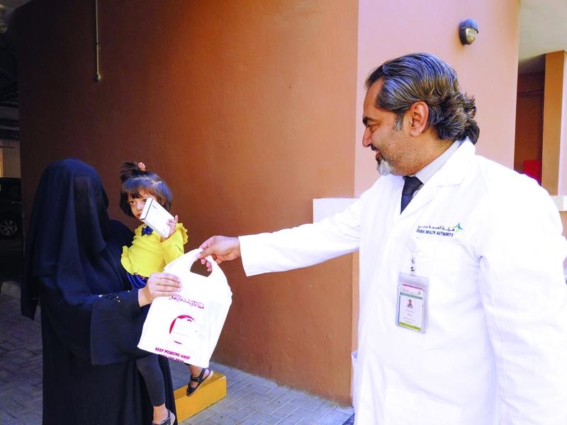 الصورة : Ⅶ  محمد عبد الشافي خلال تسليم الأدوية   من المصدر