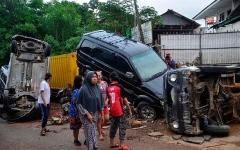 الصورة: الصورة: بالفيديو.. 60 قتيلاً في فيضانات أندونيسيا