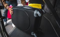الصورة: الصورة: عرض عليها المساعدة في حمل حقائبها وبدأ بابتزازها