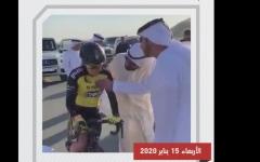 الصورة: الصورة: شاهد.. محمد بن راشد يساعد مواطنة أصيبت في سباق دراجات