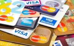 الصورة: الصورة: الدفع بالبطاقات يفوق النقد