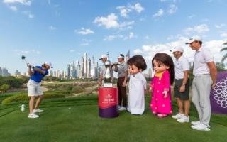 الصورة: الصورة: تميمة «إكسبو 2020» تجتمع مع نجوم الغولف