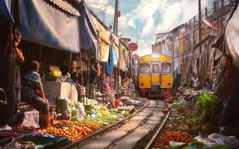 الصورة: الصورة: بالفيديو.. احبس أنفاسك! أنت في سوق المظلات بتايلاند