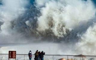 """بالفيديو.. العاصفة """"غلوريا"""" تقتل 9 أشخاص في إسبانيا"""