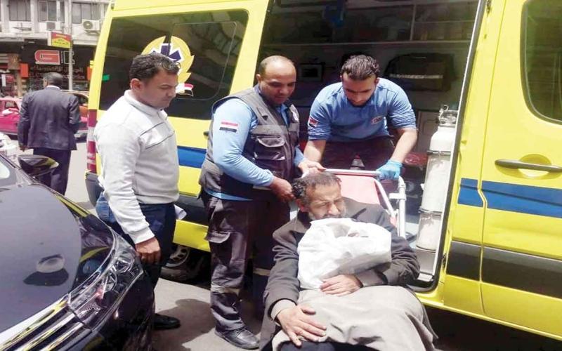 الصورة: الصورة: إنقاذ مريض مسنّ افترش شوارع القاهرة 4 سنوات!