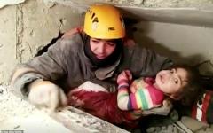 الصورة: الصورة: لحظة العثور على طفلة تحت أنقاض مبنى دمره زلزال تركيا