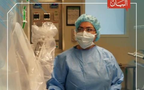 الصورة: الصورة: أول جرّاحة إماراتية تجري عملية بمساعدة الروبوت